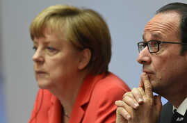French President Francois Hollande, right, and German Chancellor Angela Merkel attend the Petersberg Climate Dialogue conference in Berlin, Germany, May 19, 2015.