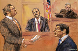"""Defense lawyer Jeffrey Lichtman (L) questions FBI agent Paul Roberts (C) on the witness stand during the trial of Mexican drug lord Joaquin """"El Chapo"""" Guzman (R) in this courtroom sketch during Guzman's trial in Brooklyn federal court in New York Cit"""