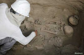 Archaeologists unearth tombs and human remains from the Chimu culture in Trujillo, Peru, March 21, 2018.