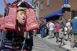 Supporters of Republican presidential candidate Donald Trump line up to enter the Mid-Hudson Civic Center before a campaign event  in Poughkeepsie, New York, April 17, 2016.
