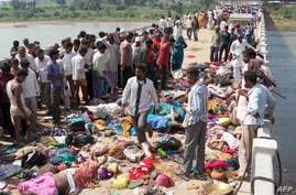 Bodies are seen lying on a bridge following a stampede in Datia district, in India's Madhya Pradesh state, October 13, 2013.