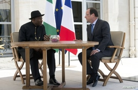 Nigerian President Goodluck Jonathan, left, met with French President Francois Hollande and other leaders for an African security summit in Paris on May 17, 2014.
