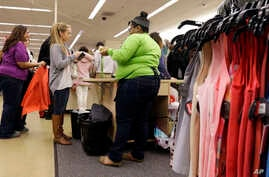 Shoppers stand in line at Nordstrom Rack, Dec. 26, 2014, in Schaumburg, Ill.