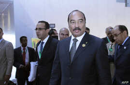 Mauritanian President Mohamed Ould Abdel Aziz (2nd R) walks with African Union (AU) delegates at the 22nd AU summit in Addis Ababa, Jan. 31, 2014.