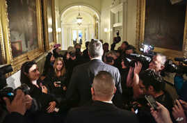 New York City Mayor-elect Bill de Blasio (C) walks through a crowd of reporters as he arrives for a meeting with Mayor Michael Bloomberg at City Hall in New York, Nov. 6, 2013.