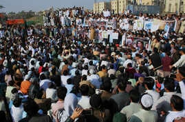 Local residents take part in rally to condemn the killing of Naqeeb Allah, in Karachi, Pakistan, Jan. 19, 2018.