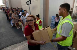 Doris Martínez receives supplies and water from municipal