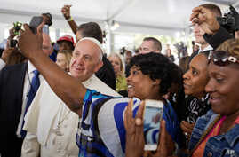 A woman takes a selfie with Pope Francis during his visit to Catholic Charities of the Archdiocese of Washington, D.C., Sept. 24, 2015.