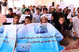 hold banners during a protest in Lashkar Gah, the capital of Helmand province, March 31, 2018. Several hunger strikers taking part in a rare sit-in peace protest in Afghanistan's restive south have been taken to hospital for treatment, officials and