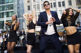 """Robin Thicke performs on NBC's """"Today"""" show on July 30, 2013 in New York."""