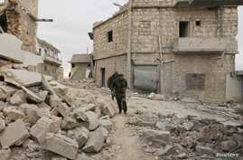 Free Syrian Army fighters run to avoid snipers loyal to Syria's President Bashar al-Assad, Sheikh Saeed neighborhood, Aleppo, Dec. 4, 2013.
