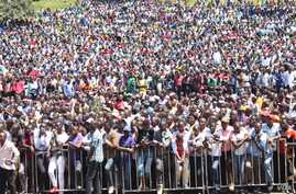 Supporters of Kenyan opposition leader Raila Odinga listen to him at a rally in the capital, Naairobi, June 1, 2016. (photo: L. Ruvaga/VOA)