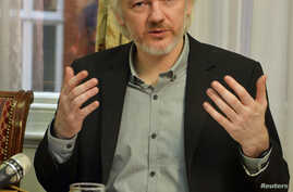 WikiLeaks founder Julian Assange gestures during a news conference at the Ecuadorian embassy in central London August 18, 2014. Assange, who has spent over two years inside Ecuador's London embassy to avoid extradition to Sweden, said on Monday he pl