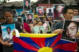 Exile Tibetans carry portraits of Tibetans who have immolated themselves in Tibet protesting Chinese rule, during a street protest in Dharmsala, India, Aug.29, 2012.