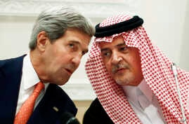 U.S. Secretary of State John Kerry (l) speaks with Saudi Arabia's Foreign Minister Prince Saud al-Faisal, in Riyadh, Nov. 4, 2013.