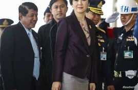 Thailand Prime Minister Yingluck Shinawatra (C) arrives at the Royal Thai Air Force headquarters before a cabinet meeting in Bangkok, Feb. 11, 2014.