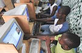 Africa's Newspaper Barons Worried as Internet Rates Spread