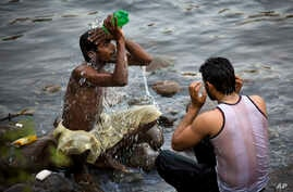 People cool themselves off during a heat wave in Islamabad, Pakistan, Thursday, May 19, 2016.