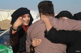 Women flee Islamic State territory fully veiled but many quickly remove the veils, revealing their faces in public for the first time in two and a half years in Khazir, Kurdish Iraq on Nov. 7, 2016. (Photo: H.Murdock / VOA)