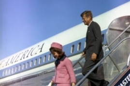 President and Mrs. Kennedy descend the stairs from Air Force One at Love Field in Dallas, TX, 22 November 1963.