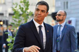 Spanish Prime Minister Pedro Sanchez waves when arriving at the informal EU summit in Salzburg, Austria, Sept. 20, 2018.