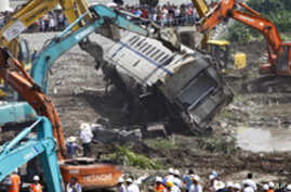 China Faces Public Anger in Train Wreck Aftermath