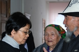Interim Kyrgyz leader Roza Otunbayeva meets with petitioners from a rural village inside the Defense Ministry in Bishkek, Kyrgyzstan, which is her temporary office, 12 Apr 2010
