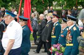 A crowd of about 5000 separatist supporters participated in a celebration to mark Victory Day in Donetsk, eastern Ukraine May 9, 2014. (Jamie Dettmer/VOA)