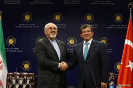 Iranian Foreign Minister Mohammad Javad Zarif (L) shakes hands with his Turkish counterpart Ahmet Davutoglu after a news conference in Ankara November 1, 2013.