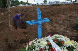 A man digs a grave at the Parque Taruma cemetery in Manaus, Brazil, for an inmate killed in a prison riot, Jan. 4, 2017. Forensic experts said that half the slain inmates were beheaded and several others were dismembered.