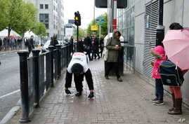 """Tom Harrison, also known as Mr. Gorilla, makes his way crawling along part of the London Marathon course in a bid to support the charity """"Gorilla Organization,"""" in London, April 27, 2017."""