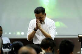 Founder and owner of Lion Air Rusdi Kirana bows in front of relatives of the victims in the crashed Lion Air jet during a press conference in Jakarta, Indonesia, Nov. 5, 2018. Distraught and angry relatives of those killed when a Lion Air jet crashed