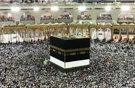 Tens of thousands of Muslim pilgrims make farewell tawaf (circulation) around the Kaaba inside the Grand Mosque on the final day of the annual Hajj pilgrimage in Mecca, Saudi Arabia, Sunday, Sept. 3, 2017. (Photo: M. Elshinnawi/VOA)