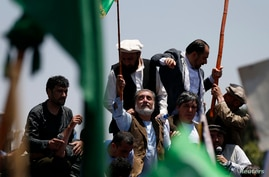 Afghan presidential candidate Abdullah Abdullah (C) attends a protest in Kabul, June 27, 2014.