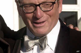 """FILE - This Sept. 7, 2000 file photo shows author Oscar Hijuelos at a reception for the Hispanic Heritage Awards in Washington. Hijuelos, a Cuban-American novelist who won a Pulitzer Prize for his 1989 novel """"The Mambo Kings Play Songs of Love"""" and w"""