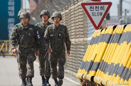 South Korean soldiers patrol on the Grand Unification Bridge leading to the inter-Korean Kaesong Industrial Complex in North Korea, south of the demilitarized zone separating the North from South Korea in Paju, north of Seoul April 29, 2013. Last Fri