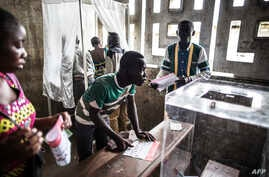 Voters are seen at a polling station during presidential elections in Makelele, Brazzaville, March 20, 2016.   Congo began voting on March 20 under a media blackout, in a tense ballot expected to see President Denis Sassou Nguesso prolong his 32-year