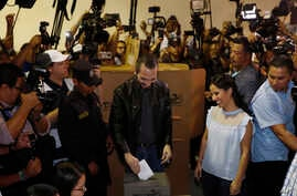 Presidential hopeful Nayib Bukele casts his ballot as he and his wife Gabriela vote in the presidential election in San Salvador, El Salvador, Feb. 3, 2019.