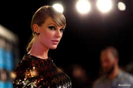 FILE - Taylor Swift arrives at the 2015 MTV Video Music Awards in Los Angeles, California, Aug. 30, 2015.