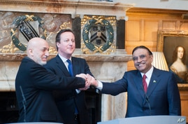 Britain's Prime minister David Cameron, centre, hosts a trilateral meeting with President Hamid Karzai of Afghanistan, left,  and President Asif Ali Zardari of Pakistan, right, in England, Feb. 4, 2013.