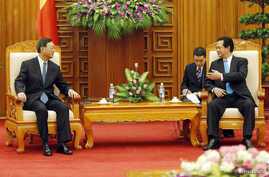 Chinese State Councilor Yang Jiechi (L) listens to Vietnamese Prime Minister Nguyen Tan Dung in Hanoi June 18, 2014.