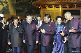 Brunei's Sultan Hassanal Bolkiah (L-R), Russia's President Vladimir Putin, Chinese President Xi Jinping, his wife Peng Liyuan and U.S. President Barack Obama arrive for a dinner hosted by the Chinese President at the Asia Pacific Economic Cooperation