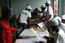 Election officials count votes on election day in Bujumbura, Burundi, June 29, 2015. (Photo: Edward Rwema / VOA)