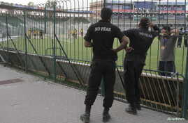 Police watch as members of the Zimbabwe cricket team practise in Gaddafi Stadium in Lahore, Pakistan, May 21, 2015. Pakistan will host Zimbabwe on May 22 after 6 years without hosting international cricket.