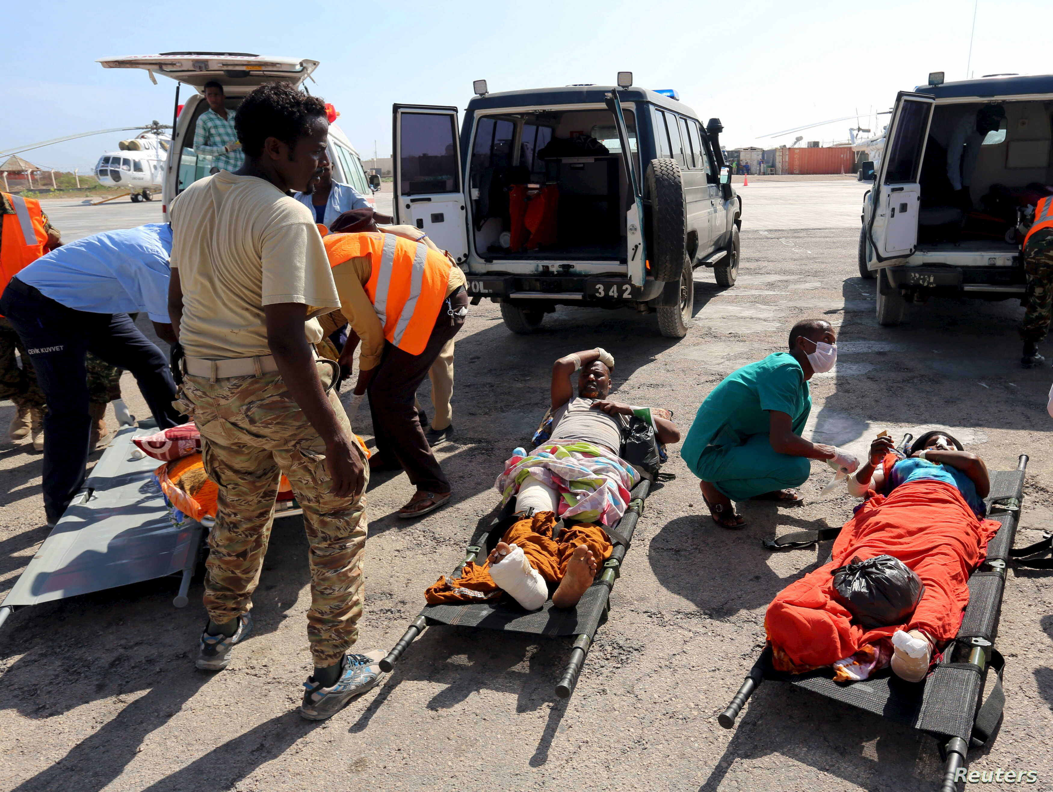 Victims of a suicide attack in Baidoa wait to be evacuated after being flown into the Somali capital Mogadishu, Feb. 29, 2016. Somalia's al-Shabab Islamist group claimed responsibility for a bombing in the town of Baidoa on Sunday.