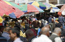 Palestinians shop at a market in the West Bank city of Ramallah, March 25, 2015. (Reuters)