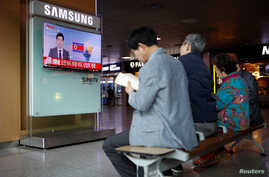 People watch a TV broadcasting a news report on North Korea's failed missile launch from its east coast, at a railway station in Seoul, South Korea, April 16, 2017.