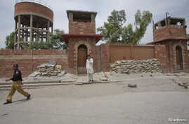 A policeman walks past Central Jail in Peshawar, Pakistan, May 24, 2012. Pakistani authorities have sentenced the doctor accused of helping the CIA find Osama bin Laden to 33 years in jail on charges of treason, a move that drew angry condemnation f