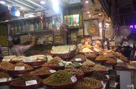 A shop in New Delhi sells almonds and walnuts, which are among the 29 U.S. products on which India has announced retaliatory tariffs starting August 4. India is the largest market for U.S. almonds. (A. Pasricha/VOA)