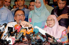 Anwar Ibrahim speaks next to his wife Wan Azizah, president of Justice Party, during a press conference at their house in Kuala Lumpur, Malaysia, May 16, 2018.